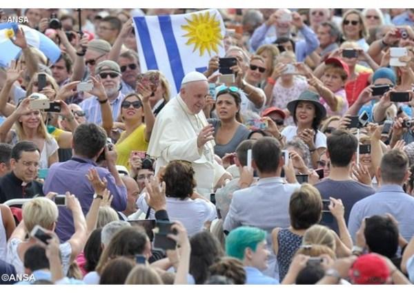"""""""La familia se libere de las colonizaciones del dinero y de las ideologías"""", el Papa en la Catequesis"""